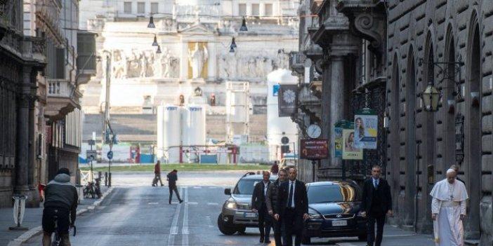 Papa, salgın duası için  boş sokaklarda gezdi...