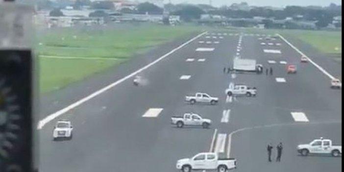 Ekvador'da korona önlemi: Uçakları engellemek için polis arabaları piste park edildi