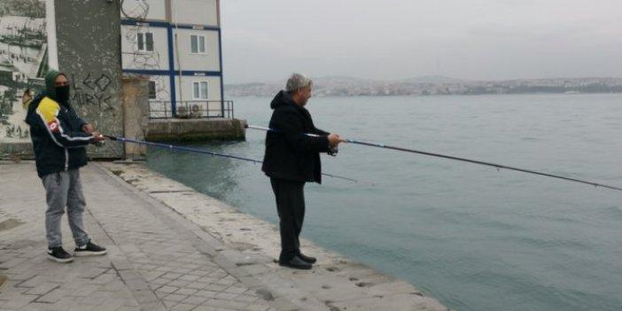 İstanbul Karaköy'de yasağa rağmen balık tuttular