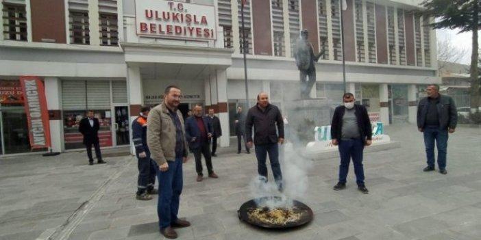 Doktorlar virüsle savaşırken belediye başkanı tütsü yaktı