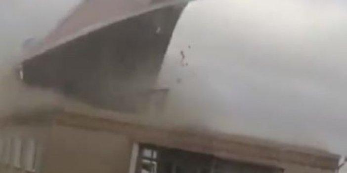 Rusya'daki fırtınada evin çatısı böyle uçtu