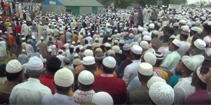 Bangladeş'te koronaya aldırmayan binlerce kişi cenazeye katıldı