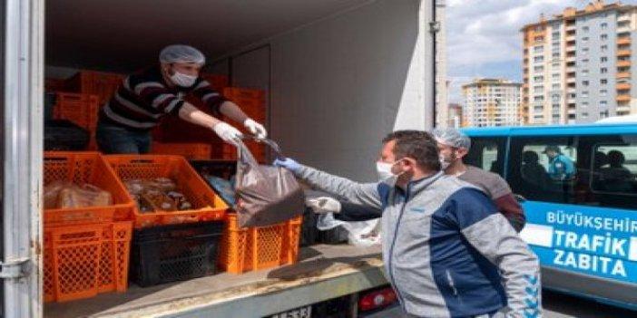 CHP'li belediyelerin ekmek dağıtmasına 'paralel yapı' diyen AKP'nin belediyesi de ekmek dağıtmış!