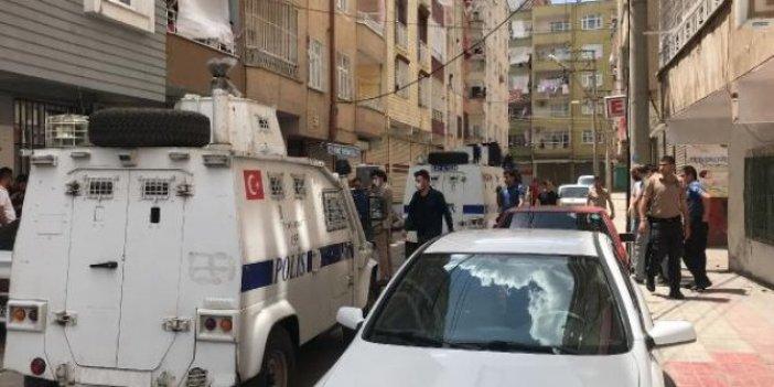 Diyarbakır'da polis ekibine saksı attılar!