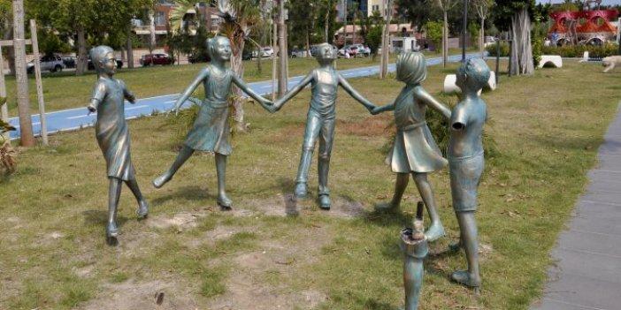 Çocuk heykellerine işkence