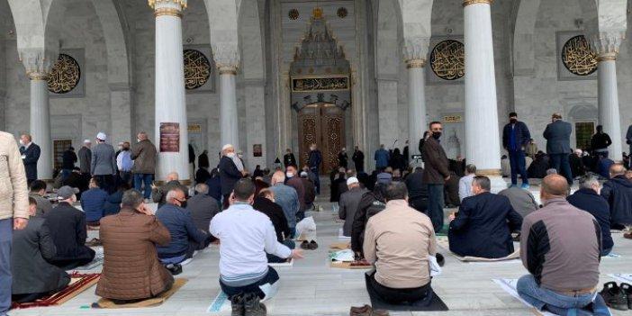 74 gün sonra camilerin dışında ilk cuma namazı