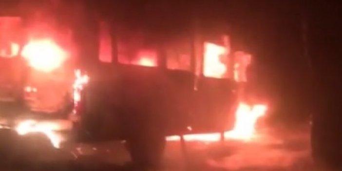 Muhtarın kundaklanan minibüsü alev alev yandı