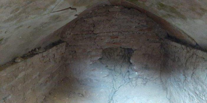 Defineciler mezar odasını delik deşik etti