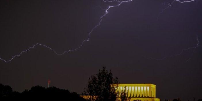 Ankara'da şimşekler Anıtkabir'i aydınlattı