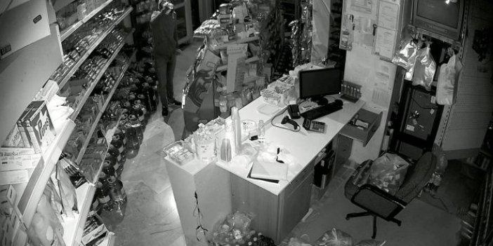 Hırsız değil sanki dükkan sahibi, rahatlığı bak