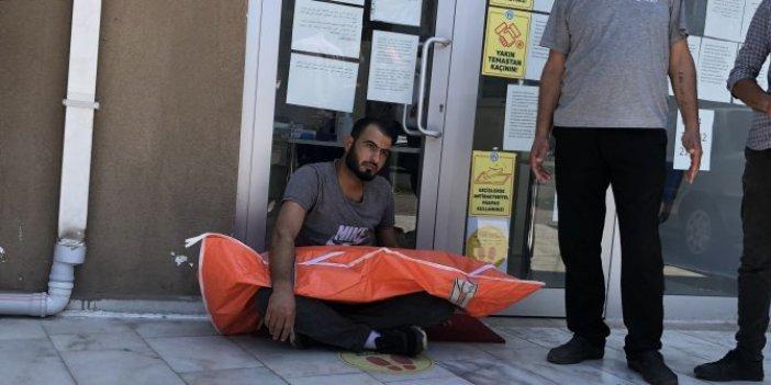 Yürekleri paramparça eden görüntü! Çocuğunun cansız bedenine sarılıp sokakta 2 saat oturdu