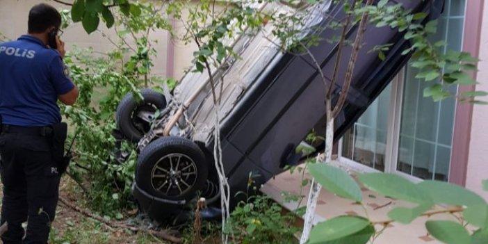 Sürücüsüz otomobil evin bahçesine uçtu