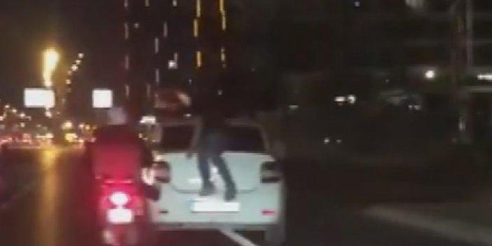 Buna kim dur diyecek! Otomobil kaputunda ölümüne yolculuk