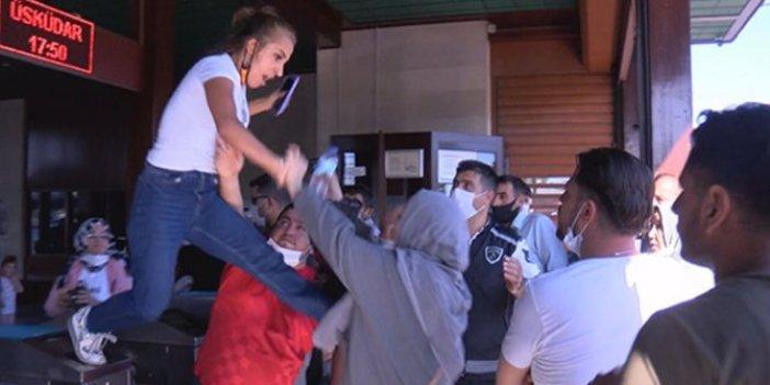 Eminönü İskelesi'nde kadınlar tekme tokat birbirine girdi