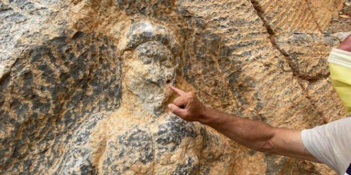 Defineciler yine 2 bin yıllık Herkül kabartmasına saldırdı!