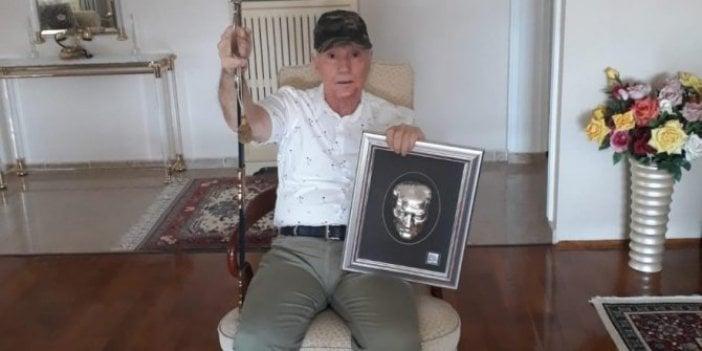 Eski milletvekili emekli Yarbay Tevfik Diker kılıcını çekti ve kılıçla hutbe okuyan Diyanet İşleri Başkanı'nı düelloya davet etti