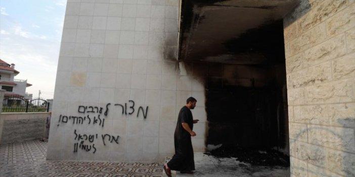 Ateşe verip, ırkçı slogan yazdılar! Yahudi yerleşimciler camiye saldırdı