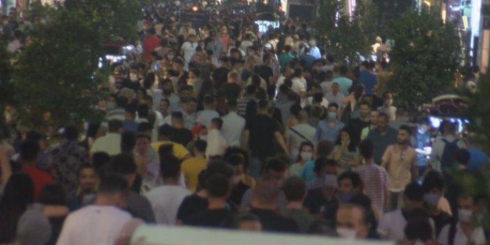 Çıldırtan görüntü! Dün gece yarısı İstiklâl Caddesi'nde korona unutuldu!