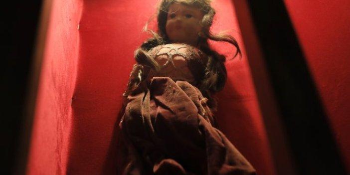 Katledilmeden önce Yahudi kızın kesilen saçları dikilmişti! Müzedeki bez bebek korku saçıyor
