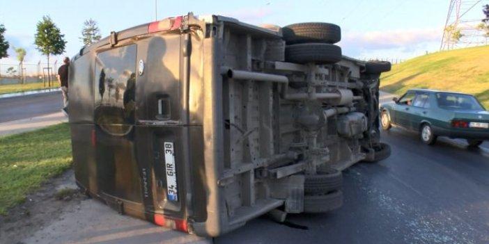 Bağcılar'da kayganlaşan yolda minibüs devrildi