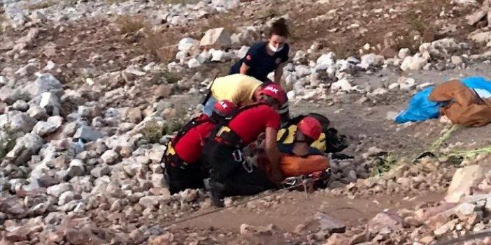 Paraşütle atladı dağa çakıldı