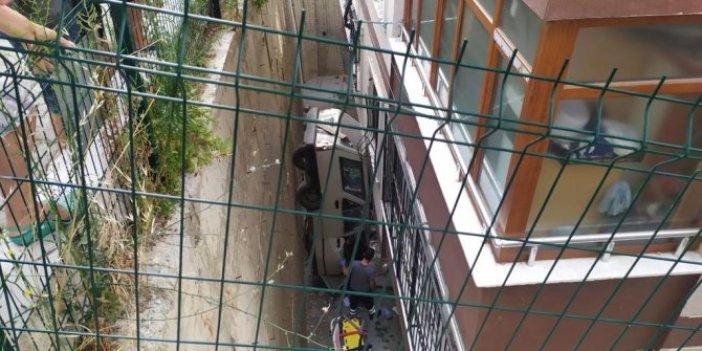 Balkondan bakanlar şok oldu! Araba evin içine girmekten son anda döndü