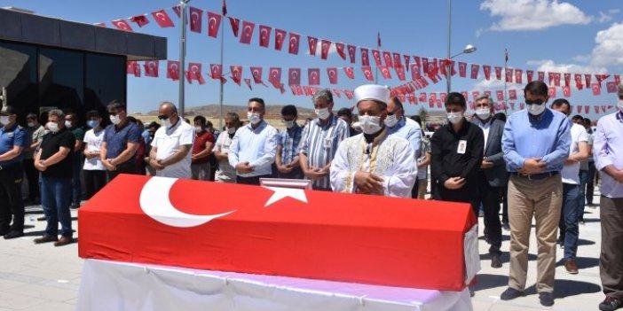 Kalp krizinden ölen polis memuru, Sivas'ta toprağa verildi
