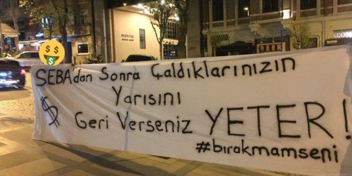 Beşiktaşlı taraftarlardan ağır göndermeli pankart… Eski kulüp binası önünde bu pankartı bırakıp gittiler
