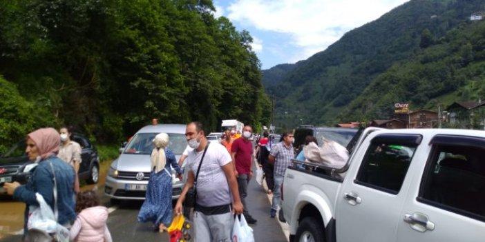 Ayder Yaylası'nda heyelan! Tatilciler mahsur kaldı, uzun araç kuyrukları oluştu