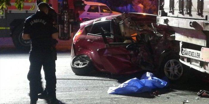 İzmir'de otomobil  TIR dorsesine çarptı! 1 ölü ve yaralı