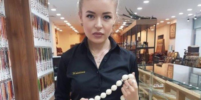 Ukraynalı eski model, Kayseri'de tespih üretiyor