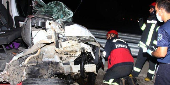 Manisa'da iki kamyon çarpıştı! Hurdaya dönen kamyonda 1 kişi yaralandı