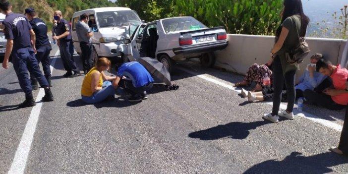 Ehliyetsiz sürücü minibüsle çarpıştı! 4 yaralı