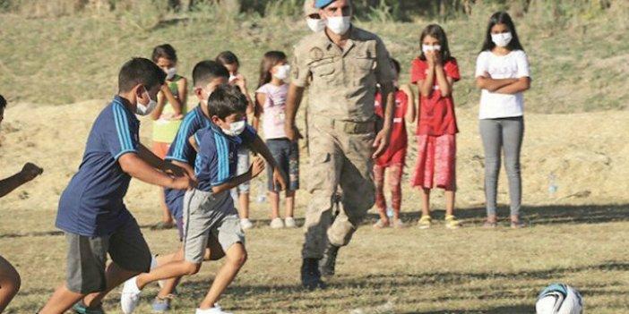 Çocuklar forma istedi: Komutan hem formaları hem komando timini alıp maça geldi