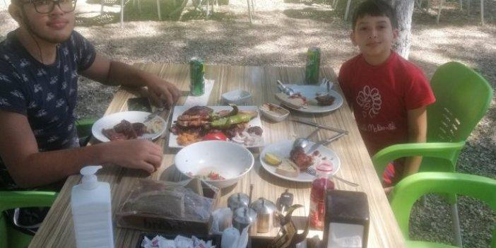Korkunç hesabı sosyal medyada paylaştılar: Yol kenarında köfte yediler, Nusret'e gitmiş gibi hesap ödediler