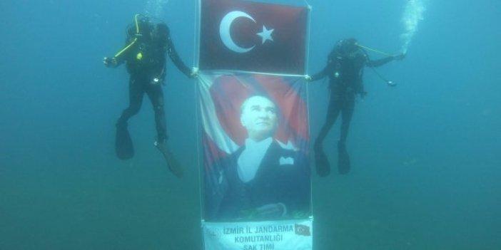 Denizin derinliklerinde Atatürk posteri