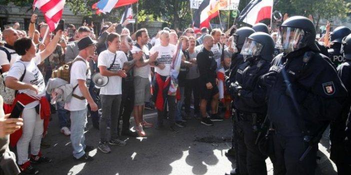 'Korona bize işlemez' diyen eylemcileri sosyal mesafeye uymadıkları için polis dağıttı