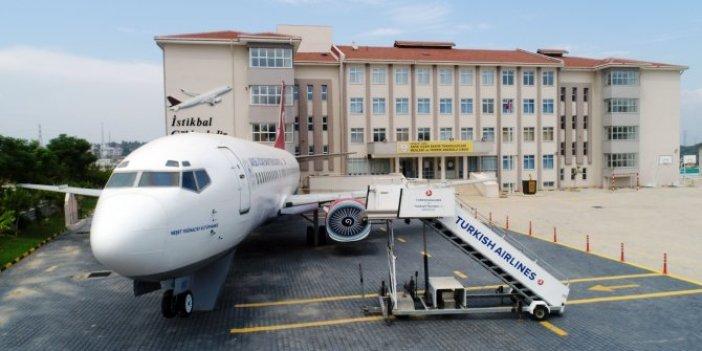 Havalimanı gibi lise! Bahçesinde yolcu savaş ve eğitim uçakları var