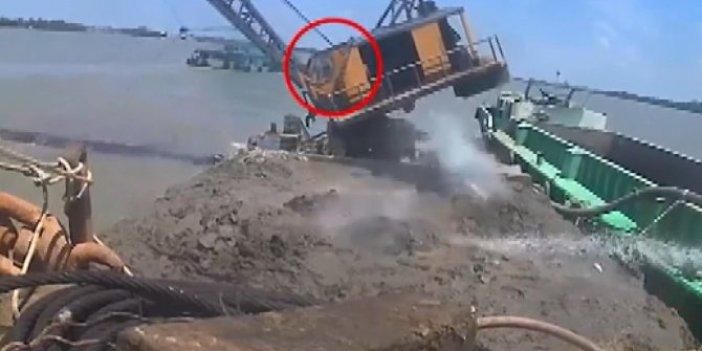 Operatör ölümden saniyelerle kurtuldu!Dev vinç nehre çakıldı