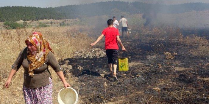 Otluk alandaki yangını vatandaş söndürdü: Kova kova su taşıdılar