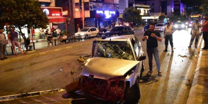 İzmir'de otomobil demir yığınına döndü! Kadın sürücü yara almadan kurtuldu