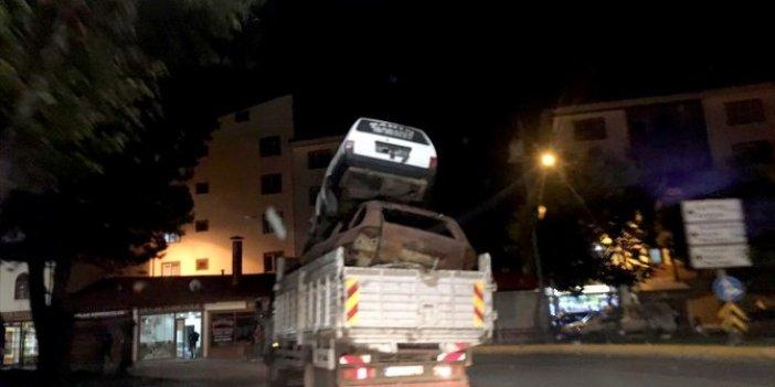 Görenleri hayrete düşürdü! Kamyonet kasasında iki otomobil! Erzurum'da kazaya böyle davetiye çıkardı