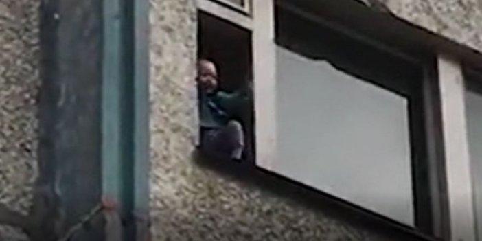 2 yaşındaki torununu camdan atmaya kalktı! Böyle dede olmaz olsun