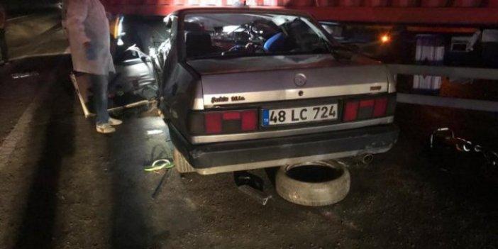 Muğla'da feci kaza! Otomobil TIR'ın altına girdi