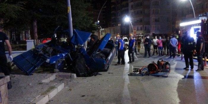 Niğde'de ölümlü kaza! Önce yayaya sonra direğe çarptı! Otomobil ikiye ayrıldı