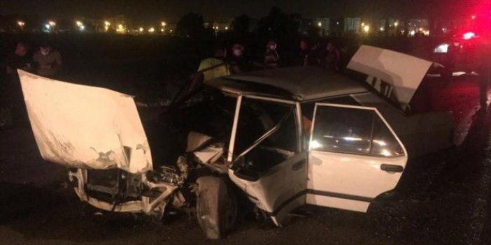 Adana'da otomobil ağaçları biçti! Vatandaşlar araç içerisindeki yaralıları zorlukla çıkardı