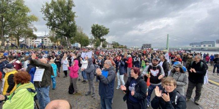 Almanya'da korona virüs kısıtlamaları protesto edildi