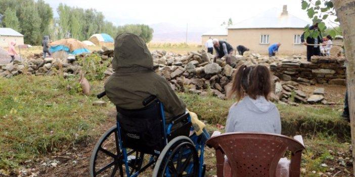 Korkudan evini yıktı yenisini yapıyor. Deprem bile yanında hikaye kaldı. 6 kişilik aile tir tir titriyor