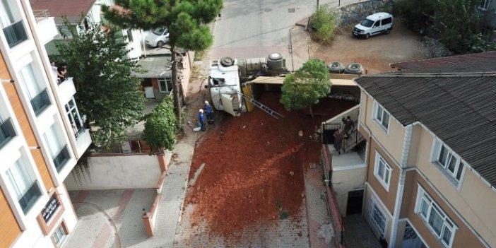 Sancaktepe'de damperi açık unutulan kamyon yola devrildi. Facia ucuz atlatıldı