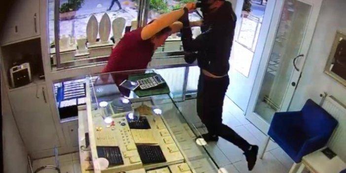 Kadıköy'de muştalı soyguncuyu döve döve dükkanından attı. Kuyumcuyu kafasına aldığı darbeler bile durduramadı